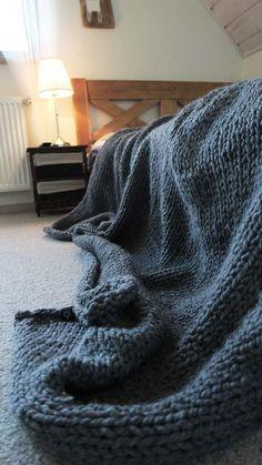Rękodzieło Siedliska na Wygonie. Ogromny (180 x 220), ciepły wełniany pled wykonany ręcznie z wysokogatunkowej włóczki 45% wełna 55% akryl. Idealny na jesienne wieczory :) #pled #wełna #wełniany #szary #ciepły #narzuta #rękodzieło #manufaktura #nawygonie #drutach #druty #nadrutach #dziany #dziergany #robione #ręcznie #handmade #diy #blanket #knitting #knitted #grey #scandi #chunky #bulky #wool #madeinpoland