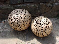 Koule na objednávku Jsou udělané z hrubé šamotové hlíny ... mrazuvzdorné. Cena dle velikosti. Ta nejmenší má 15 cm, velká 20 cm. Cena od 300 Kč
