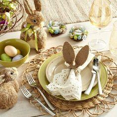 Déco table Pâques avec œufs, fleurs et petits lapins