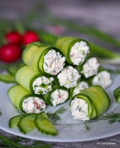 Roladki ze świeżego ogórka z twarożkiem Appetizer Recipes, Appetizers, Vegan Recipes, Cooking Recipes, Vegan Cafe, Good Food, Yummy Food, Snacks Für Party, Antipasto