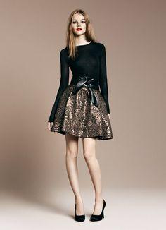 Zara, camiseta sencilla con falda de talle alto con estampado color bronce y zapatos y cinturón negros, todo acorde para una noche perfecta