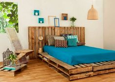 Look at the admirable presentation of the bedroom that is smartly created with the designing of this beauteous reused wood pallet bed.