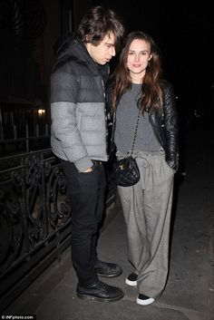 Make-up free Keira Knightley enjoys date night with James Righton Keira Knightley Casual, Keira Christina Knightley, Kira Knightly, Baggy Trousers, Look Fashion, Womens Fashion, Charlotte Casiraghi, Mom Style, Elle Fanning