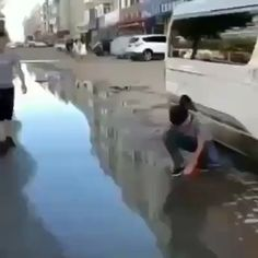 This is an amazing ideas inventions, diy prank, creative ideas, amazing video, funny video and humor videos pranks Amazing ideas and video shot Humor Videos, Video Humour, Prank Videos, Funny Video Memes, Memes Humor, Funny Relatable Memes, Funny Posts, Funny Quotes, Jokes