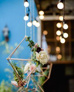 Os pendentes de flores da mesa de doces do #chaferede   Decoração by @asfloristas Foto by @meliessfotografia by tudoorna