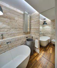 foorni.pl | Nowoczesna łazienka, kamień na ścianie, drewno w łazience, duże lustro, wanna wolnostojąca.