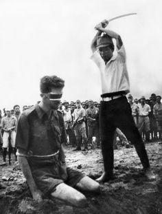 Ejecución del piloto australiano Leonard Siffleet a manos del oficial japonés Yasuno Chikao. Nueva Guinea, 24 de octubre de 1943 (de autor desconocido).