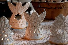svícen anděl č.2 Air Dry Clay, Clay Projects, Gingerbread Cookies, Lavender, Candle Holders, Candles, Christmas Ornaments, Holiday Decor, Gingerbread Cupcakes