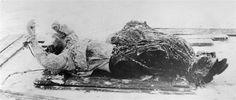 Dit is het dode lichaam van Raspoetin. Hij werd in de rivier gegooid toen hij al dood was. Ze hebben hebben hem daarom ook dood in de rivier gevonden en hem eruit gehaald.