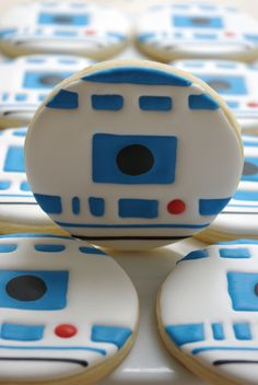 R2-D2 Cookies in the Group Board ♥ CREATIVE and ORIGINAL FOOD (KIDS preferably) http://www.pinterest.com/yourfrenchtouch/creative-and-original-food-kids-preferably