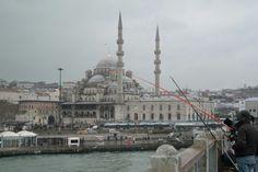 Istanbul 갈라타다리....언제부터 이들은 갈라타다리에 와서 낚시를 시작했을까? 이제는 당연한 일상이 된듯... 예니자미와 낚시대의 오묘한 조합... 관광객인 나로서는 이런 이색적인 일상의 풍경이 참~좋다!!