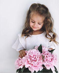 Because romantic dresses goes perfectly with flowers! @kenskens . Porque vestidos românticos vão muito bem com flores! @kenskens