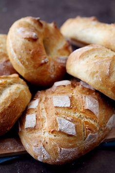 Je me suis aperçue que la recette du pain maison sans machine à pain est un succès et amène de nombreuses questions. Avoir la recette de base, c'est bien,