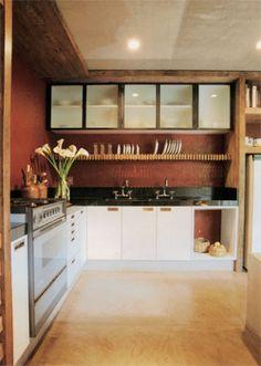 26 m²: Genuinamente mineira, esta cozinha ostenta o tradicional vermelhão, ...