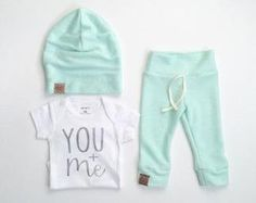 Gender neutral newborn outfit – bringing home baby outfit – neutral baby – baby beanie – baby leggings – Paisley Prints Spokan | My Best Baby Tips