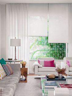 cortina de tecido e rolo na mesma janela