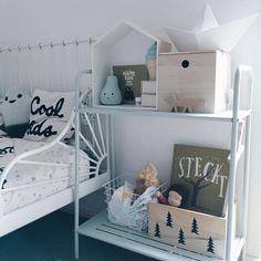 Drewniane pojemniki i ozdoby w pokoju dziecięcym