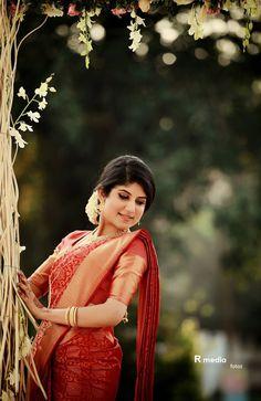 South Indian Bride Saree, Kerala Bride, Hindu Bride, Indian Bridal, Christian Wedding Sarees, Christian Bride, Saree Wedding, Saree Photoshoot, Bridal Photoshoot