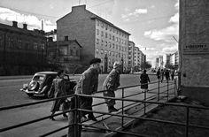 Poikia Mannerheimintie 49 tontin aidalla vuonna 1950. (Kuva Hgin kaupunginmuseo, Eino Heinonen). Helsinki, History Of Finland, Time Travel, Old Photos, Past, Black And White, Retro, World, Times