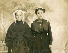 """Coiffes de Paimpol . Je retrouve sur cette photo tout à fait  le costume très sobre et la façon de porter autrefois la coiffe du Trégor aux alentours de Callac : les""""ailes """"en avant pour les femmes plus âgées et pointant vers l'arrière pour les plus jeunes."""