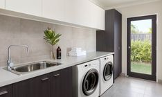 Top 5 tips to make laundry day a breeze - The Interiors Addict Modern Laundry Rooms, Laundry In Bathroom, Interior Design Gallery, Home Interior Design, Interior Doors, Laundry Room Inspiration, Laundry Room Design, New Home Designs, Basement Remodeling