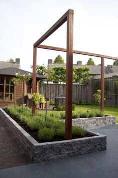 "Supermooie strakke houten belijning voor in de tuin ""to the point"" structure. Good way to boldly define the space but still maintain openess. Pergola Lighting, Back Gardens, Modern Garden, Garden Planning, Exterior, Building A Pergola"