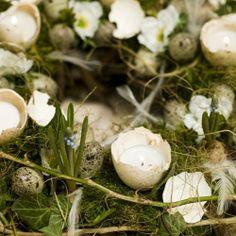 voorjaarskrans, gemaakt van oasekrans opgemaakt met eieren, bloembolletjes en mos