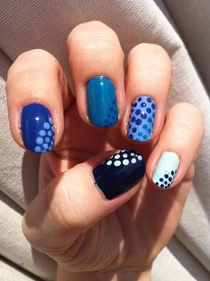 Blue dots nail-art