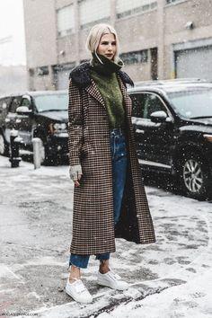 Manteau carreau, col roulé, jean, baskets blanches