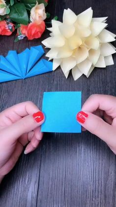 Cool Paper Crafts, Paper Flowers Craft, Paper Crafts Origami, Flower Crafts, Diy Flowers, Diy Crafts Hacks, Diy Crafts For Gifts, Diy Halloween Decorations, Christmas Decorations