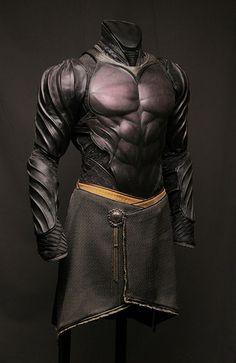 Batman-like leather armor. Fantasy Armor, Fantasy Weapons, Medieval Fantasy, Medieval Armor, Armadura Medieval, Suit Of Armor, Body Armor, Armadura Cosplay, Costume Armour