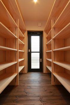キッチンの横に、パントリーを設けました。 家事動線もよく、可動棚にはキッチングッズも置くことができるます。 勝手口を開けると、ウッドデッキに出られます。 #大河内工務店#香川県#工務店#建築#設計#自由設計#注文住宅#間取り#施工事例#パントリー#収納#造作棚#家#家づくり#自然素材#無垢#無垢材#勝手口#家#家族