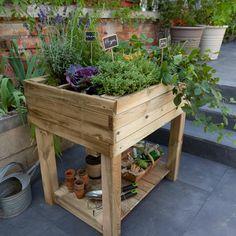 Cultivez légumes et plantes aromatiques sur votre balcon ou votre terrasse en installant un carré potager sur pieds.
