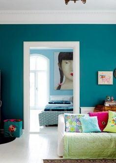 Dol op deze turquoise muur kleur in combi met wit!