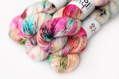 Rainbow speckles + black all over a cream base! Rainbow Brite, Hand Dyed Yarn, Hue, Needlework, Finding Yourself, Knitting, Blog, Pattern, Yarns