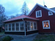 husfasad Outdoor Garden Rooms, Country Home Exteriors, Sweden House, Porch Veranda, House With Porch, House Extensions, Diy Patio, Beautiful Interiors, Exterior Design