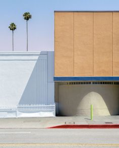 When Australian photographer George Byrne moved to Los Angeles, he began to create an experimental documentation of the city's sun-drenched surfaces and vivid colours. Banff Ab, Moving To Los Angeles, Clear Blue Sky, Borders And Frames, Expositions, Contemporary Paintings, Beautiful Images, Vivid Colors, Colours
