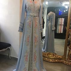 Image may contain: one or more people and people standing Arab Fashion, Islamic Fashion, Muslim Fashion, Indian Fashion, Classy Outfits, Beautiful Outfits, Vintage Outfits, Caftan Gallery, Morrocan Dress