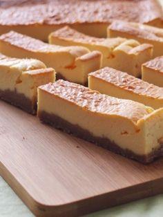 チーズケーキバー by asa | レシピサイト「Nadia | ナディア」プロの料理を無料で検索 Sweets Recipes, Cooking Recipes, Confectionery, Cheesecake Recipes, Bakery, Deserts, Easy, Foods, Drink