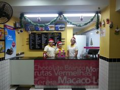 Loja de São Caetano preparada para o Natal, com as atendentes caracterizadas