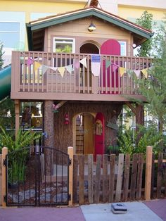 2 story play house? yes please! Safe... eh, probably not, but awesome!