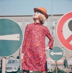 Ladies Fashion / Dress / 1970 © akg-images / Günter Rubitzsch Akg, Couples Images, Retro Color, Circle Of Life, Studio Portraits, Women's Fashion Dresses, Ladies Fashion, Womens Fashion, 1970s