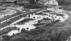 Jardins da Praia de Botafogo – Mourisco – 1954. Ao fundo o Morro do Pasmado e Policlínica de Botafogo em direção à Av. Pasteur.