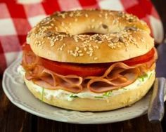 Whether it's crudités, tuna or smoked salmon, we all crave bagel, this cold, plump and gourmet sandwich ideal to eat at a picnic or lunch. Sandwich Wrap, Bagel Sandwich, Light Sandwiches, Wrap Sandwiches, Bagels, Smoked Salmon, Smoked Tuna, Raw Salmon, Raw Vegetables