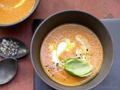 Tomatensuppe mit Basilikum und Zitronenjoghurt   Kalorien: 202 Kcal   http://eatsmarter.de/rezepte/tomatensuppe-smarter/