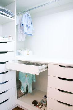 No quarto de bebê; calceiro vira cabideiro - Projeto: Ana Cris Willerding