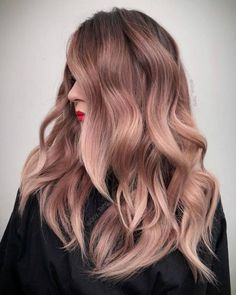 Hair Color 2018 Rose gold hair color will definitely make you stand out, creating a girlish and vivid image. Is going rose gold for you?Let's find out! Hair Color 2018, Ombre Hair Color, Hair Color Balayage, Cool Hair Color, Blonde Color, Haircolor, 2018 Color, Hair 2018, Blonde Ombre
