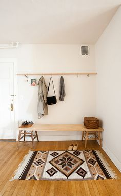 See the construction of this bench using old chairs —could be something interesting for the front hallway.