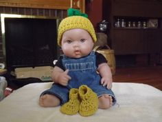 Pineapple baby hat and booties set by NutHouseKnots on Etsy