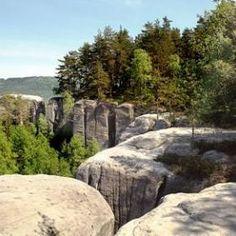 ČESKÝ RÁJ Betlémské skály jsou součástí přírodní rezervace Klokočské skály. Jedná se o severní výběžek Klokočských skal spadající směrem k řece Jizeře.